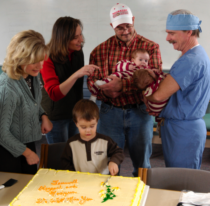 Penny Stavlo (l) and surgeon Christopher Moir, M.D., (r) with the Fitterer family